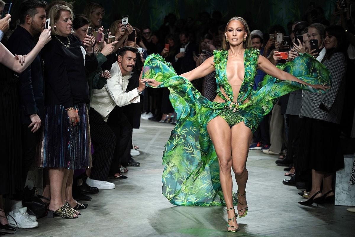 Дженнифер Лопес воссоздала свое культовое зеленое платье Versace для миланской недели моды