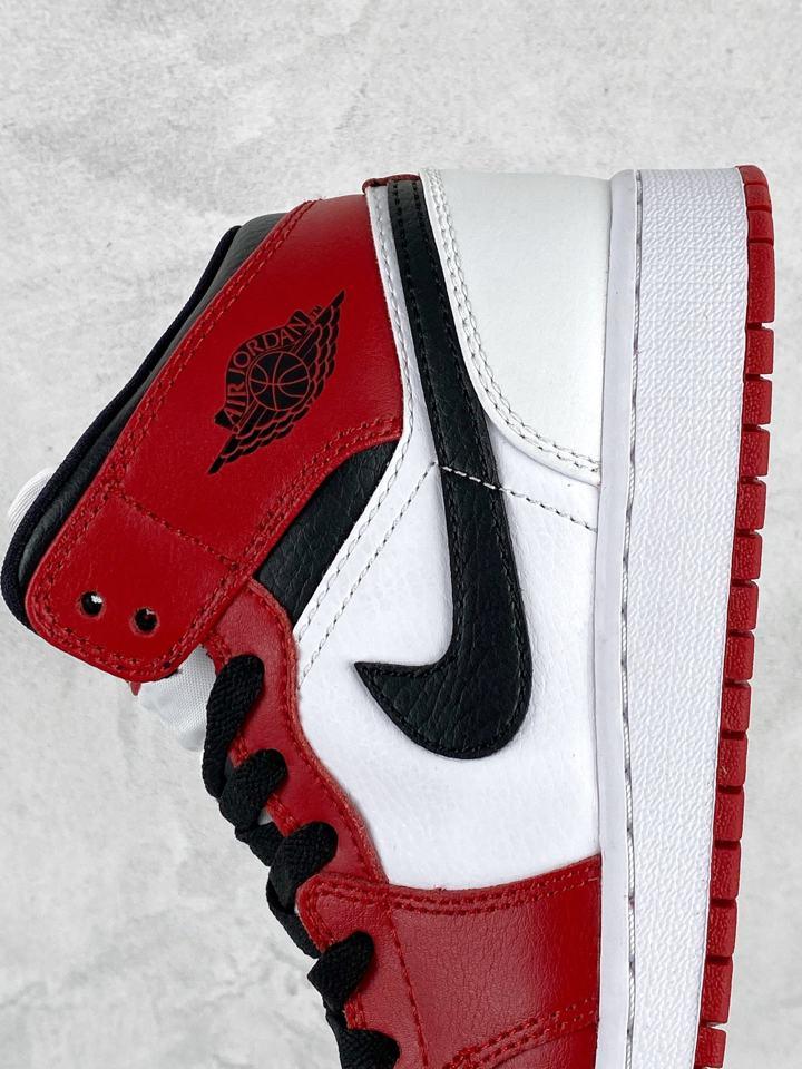 Air Jordan 1 Mid GS Chicago 2020 14
