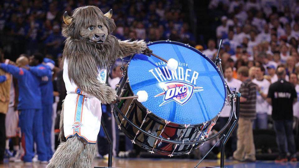 Zabavnye talismany komand NBA Oklahoma City Thunder i Rumble The Bison