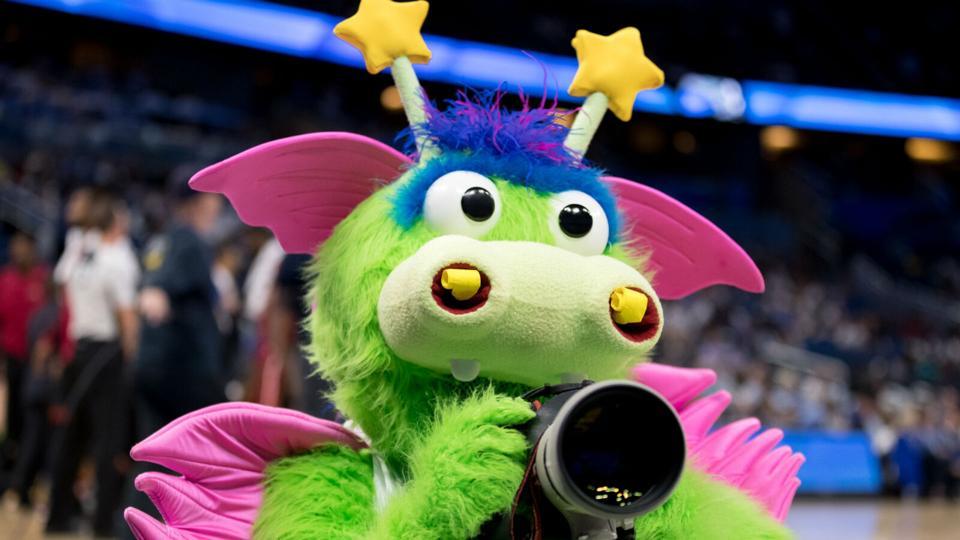 Zabavnye talismany komand NBA Orlando Magic i Stuff The Magic Dragon