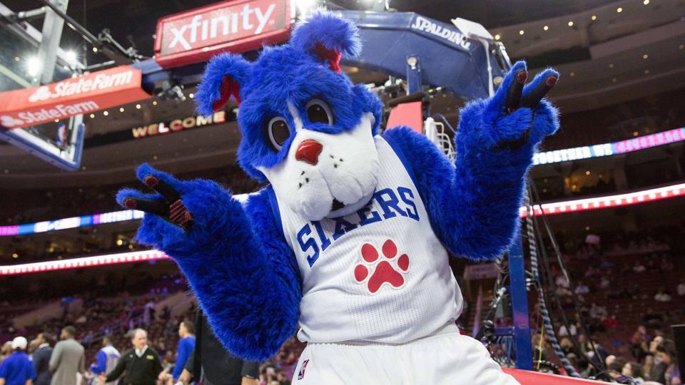Zabavnye talismany komand NBA Philadelphia 76ers i Franklin the Dog