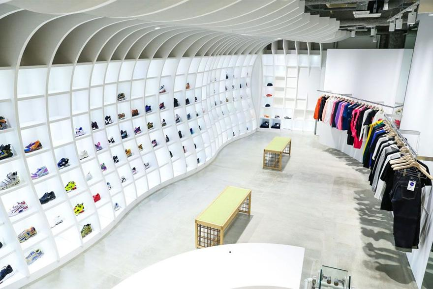Magaziny krossovok v Tokio kotorye stoit posetit atmos Flagship Store Sendagaya 1
