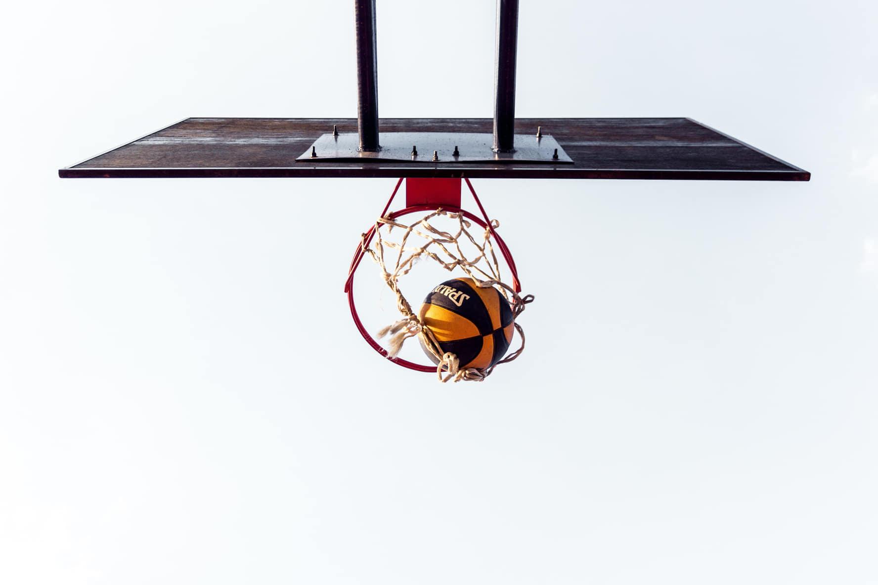 Modnyj rejting klubnyh emblem NBA